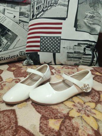 Туфельки лактрованыне для девочки, белые, 30 см,  с красивой брошкой