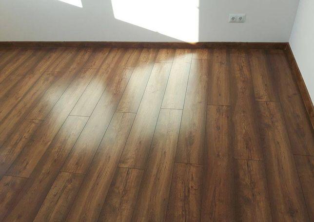 Układanie paneli podłogowych, montaż drzwi wewnętrznych