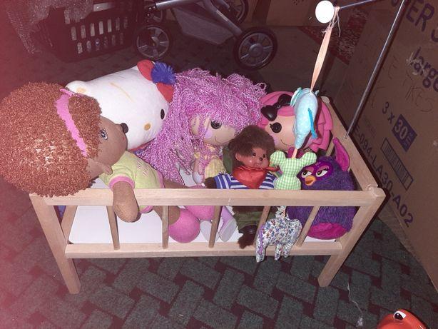 Łózeczko z lalkami i miśkami