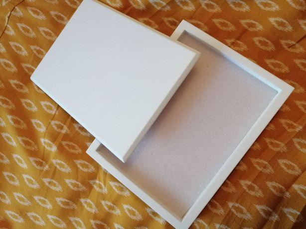 Białe eleganckie pudełko na obrączki