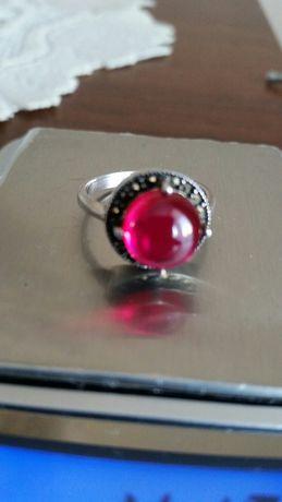 Stary srebrny pierścionek z czerwonym oczkiem 18mm PRL