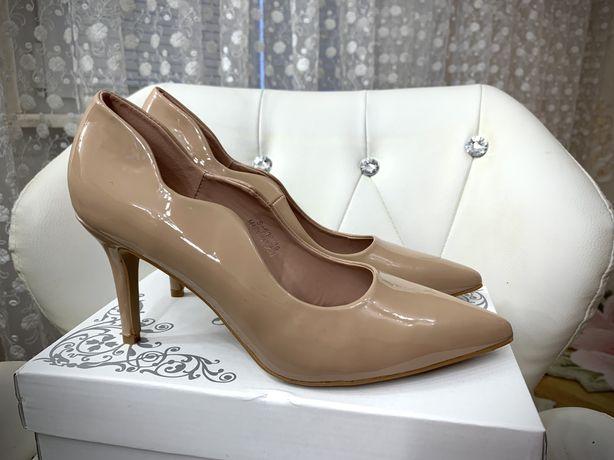 Туфлі жіночі - 39-го розміру, шикарно та незвично виглядають на ніжці