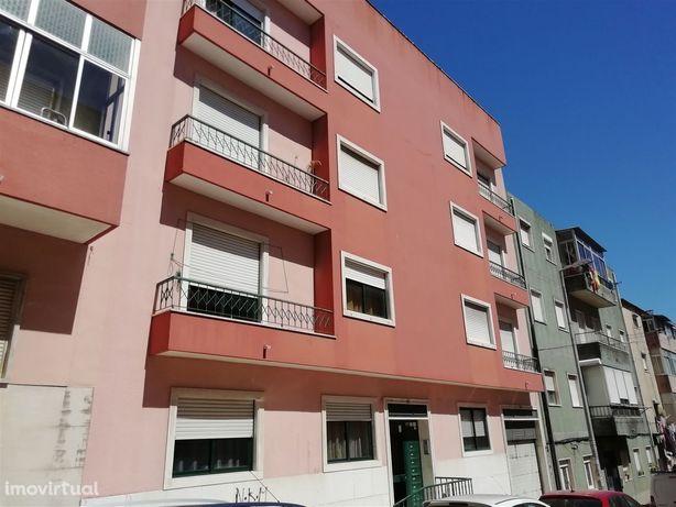 Apartamento T2 com Parqueamento e Arrecadação em Brandoa