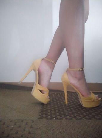 Sandália amarela de salto alto