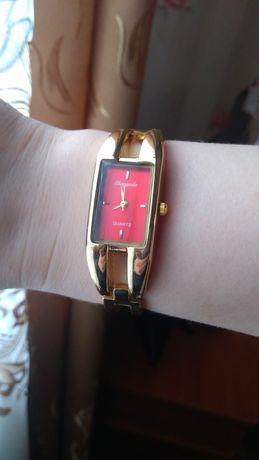 Наручные женские часы.