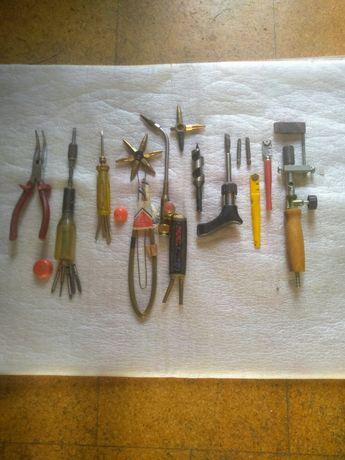 Várias ferramentas antigas.