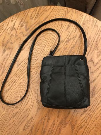 Маленькая кожаная сумочка.