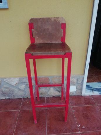 Cadeira com pés altos