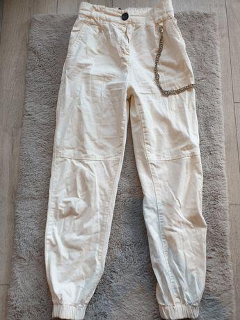 Bershka białe spodnie z łańcuchem