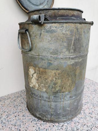 Stary metalowy pojemnik