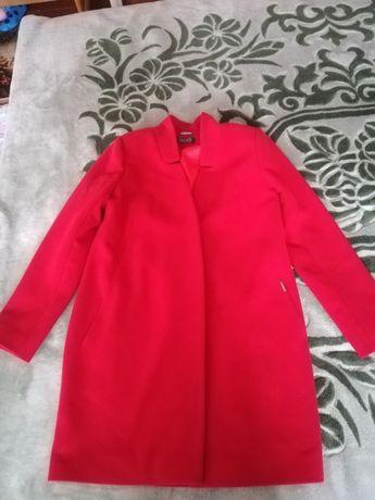 Продам красное пальто димесезонное