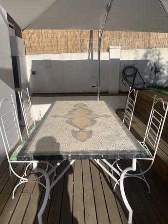 Mesa e cadeiras de jardim