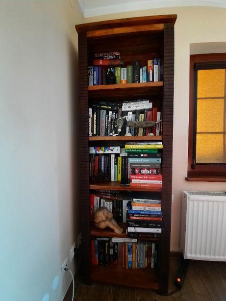 Drewniana biblioteczka - mebel kolonialny