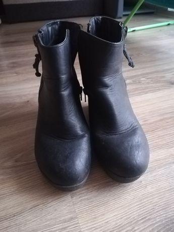 Czarne buty na koturnie