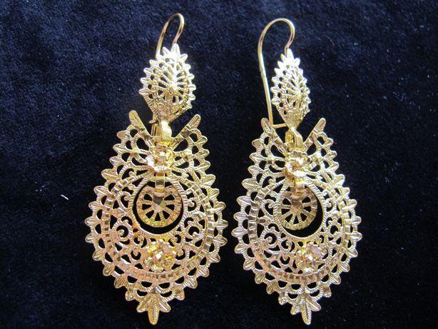 Brincos de Rainha em prata dourada e filigrana. 7,5 cm.