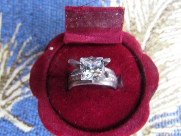 Шикарное кольцо серебряное с цирконием, алмазная огранка,размер 16.