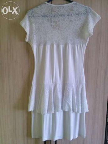 Biała sukienka z baskinką koronka