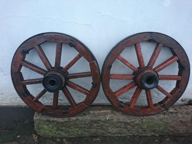Реставрація старих дерев'яних коліс для оздоблення квітників
