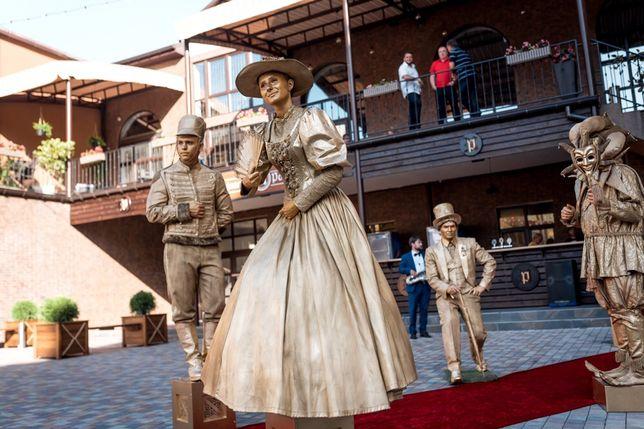Живые статуи, столы, зеркальные люди, мимы, ходулисты, бумажное шоу,