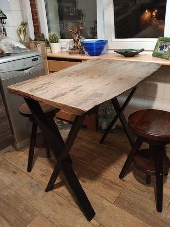 Rustykalny stół z czarnego dębu + dwa okręcane drewniane taborety..
