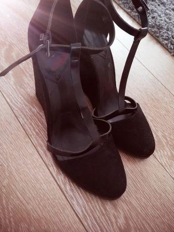 Czarne buty na koturnie zapinane na kostce