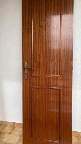 Porta interior de madeira envernizada