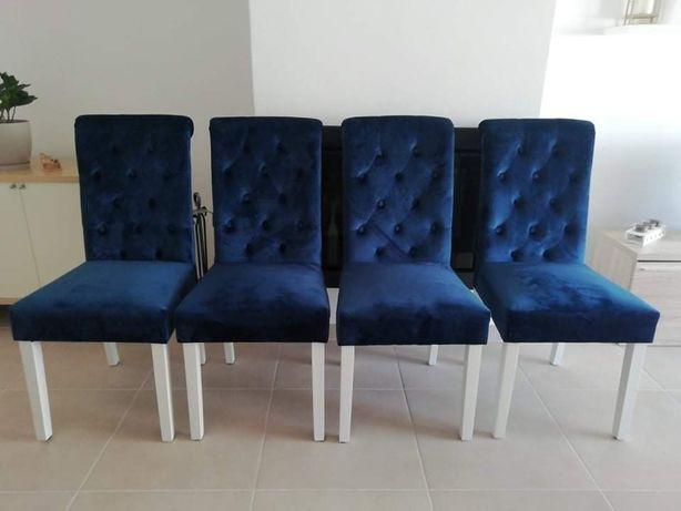 Quatro cadeiras em estado novo
