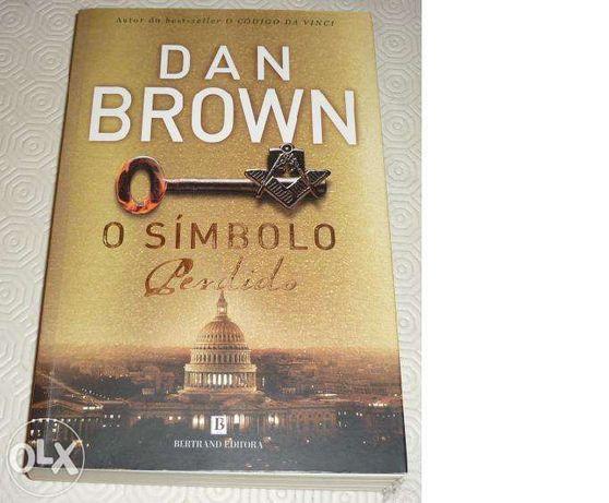 """Vendo livro """"O símbolo perdido"""""""