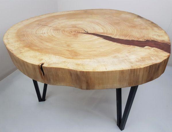Stolik kawowy z plastra drewna zalany żywicą.