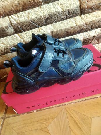 Кроссовки для мальчика в идеальном состоянии.