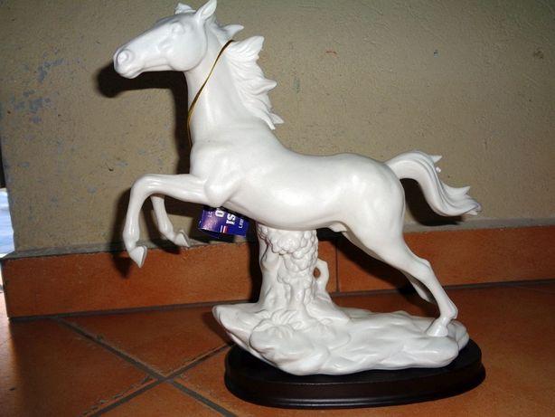 Sprzedam figurkę konia z poliresingu