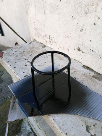 Tripé de ferro para colocar vasos e atanas