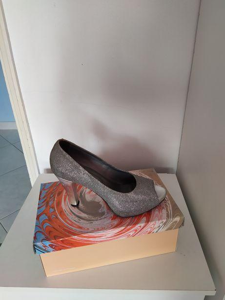 Sapatos cerimônia novos na caixa