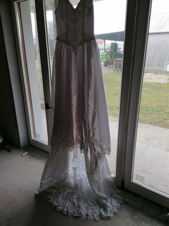 Piękna slubna suknia z długim trenem