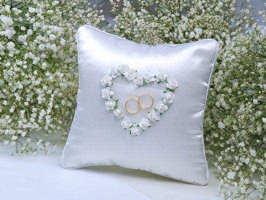 Biała poduszka na obrączki z białym serduszkiem