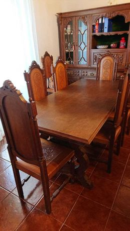 Mesa sala em carvalho maciço, com 8 cadeiras.