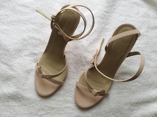 Sandałki na obcasie Anna Field / nowe