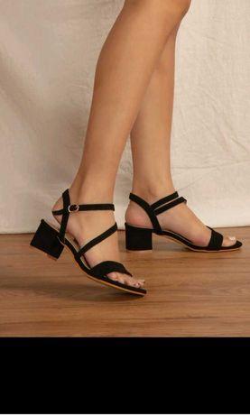 Sandália de salto com tira no tornozelo