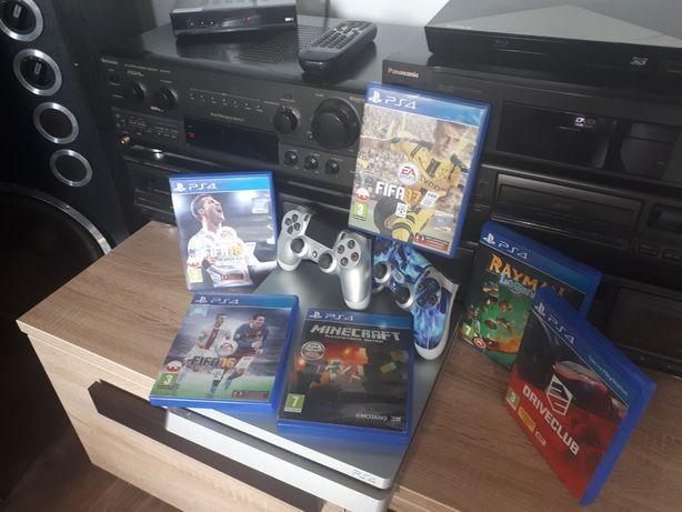 PlayStation 4 Sony + 2 pady i 6gier