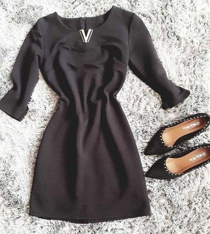 Czarna obcisła prązkowana sukienka 36 ze złotym elementem