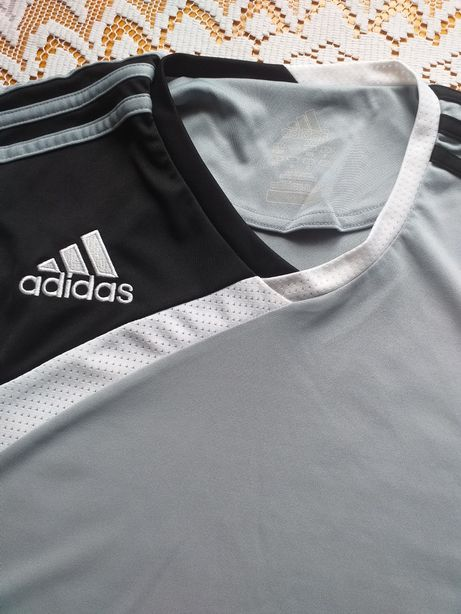 Sportowa koszulka Adidas.