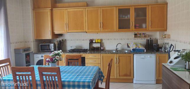 Em Figueiras, M. Grande, apartamento T3 grandes áreas, ar condicionado
