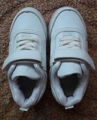 Белые детские кроссовки