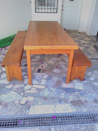 Mesa exterior com dois bancos  em madeira maciça