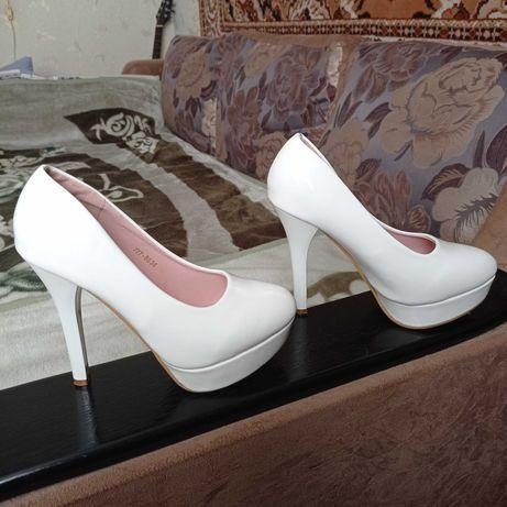 Туфли белые лакированые,один раз одеты.