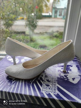 Туфли белые -40р