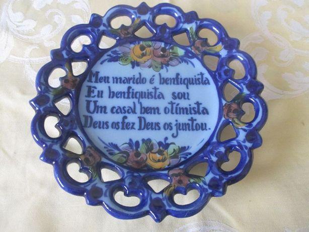 Antigo prato vasado de Alcobaça. Com gravação. 16 cm de diâmetro