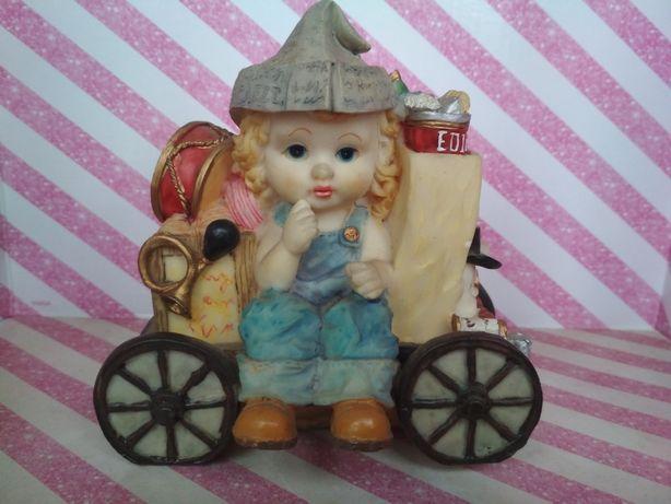 Skarbonka chłopiec chłopczyk z zabawkami