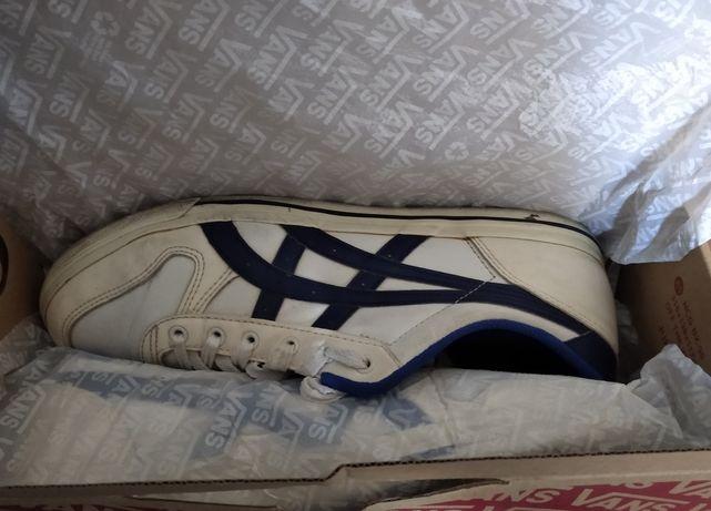 Tênis brancos e azuis