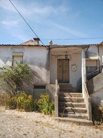Moradia em Castanheira de Pera para reconstruir a 500 metros do centro